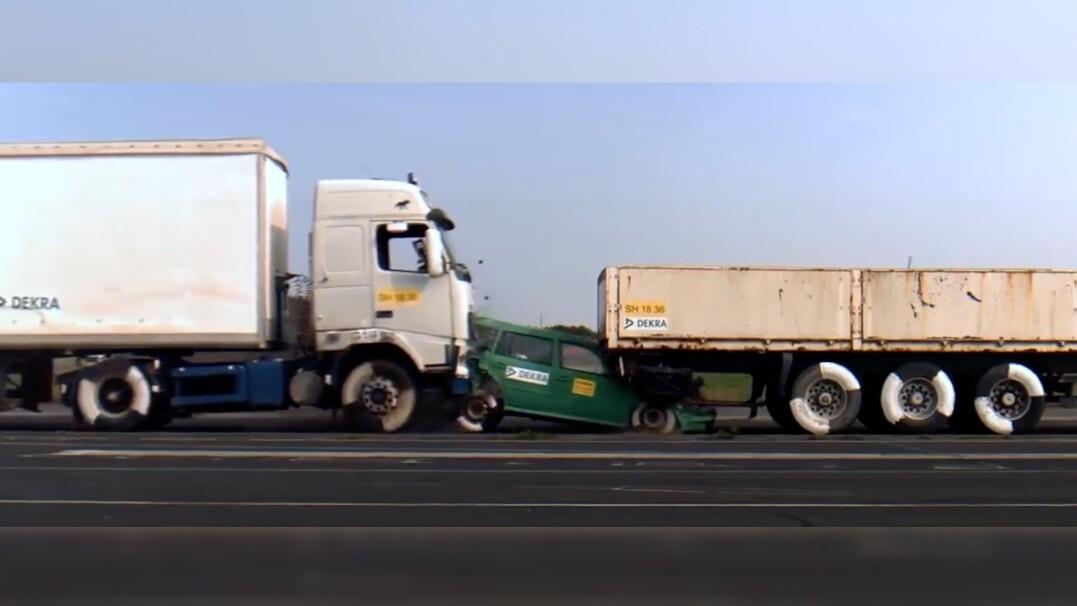 Ciężarówka miażdży samochód osobowy. Z auta nic nie zostaje