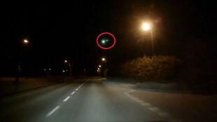 Ognista kula na nocnym horyzoncie Niemiec, Szwajcarii i Austrii