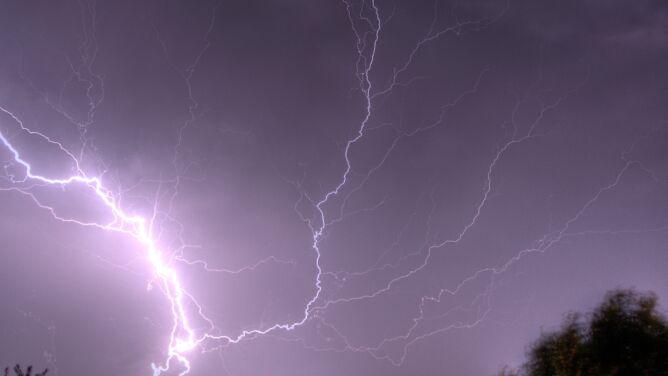 IMGW ostrzega przed wtorkowymi burzami. Alarmy nawet drugiego stopnia