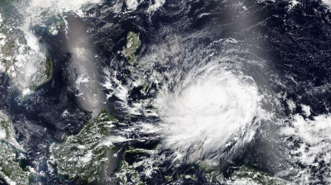 Tajfun Surigae (na Filipinach nazywany Bising) na zdjęciach satelitarnych (NASA Worldview)