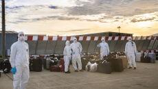 Specjalnie przygotowane francuskie służby porzadkowe podczas wydawania bagaży ewakuowanych na płycie lotniska pod Marsylią (PAP/Arek Rataj)